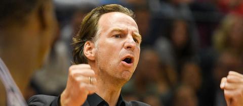 Gießen-Trainer Ingo Freyer jubelt über den ersten Saisonsieg.