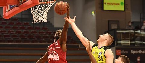 Brandon Bowman holt einen Rebound im Spiel gegen Bayreuth.