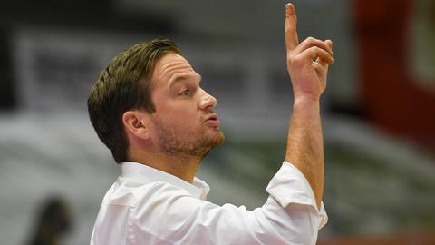 46ers-Headcoach Rolf Scholz zeigt die Richtung an.