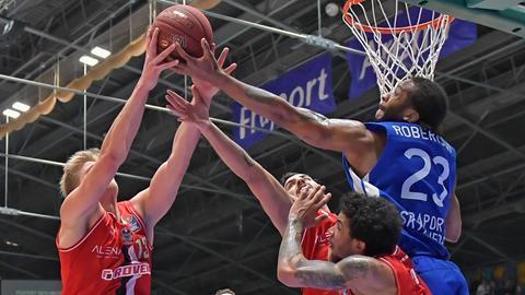 Imago Frankfurts Quantez Robertson und Gießens Benjamin Lischka kämpfen um den Ball.