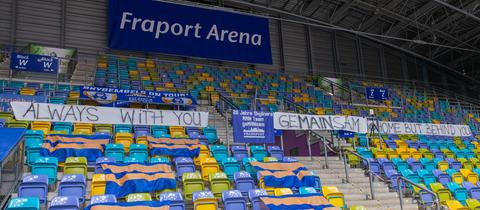In der Fraport Arena hängen Plakate zum Saisonbeginn der Skyliners Frankfurt