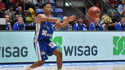 Trae Bell-Haynes passt den Ball zu einem Mitspieler.