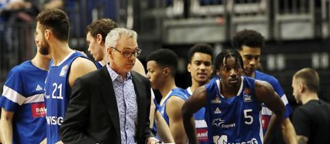 Die Mannschaft der Skyliners bekommt Anweisungen von Trainer Gordon Herbert