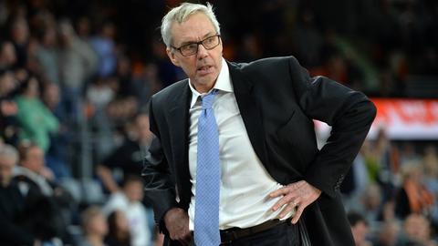 Skyliners-Coach Gordon Herbert stemmt ungläubig die Hände in die Hüften.