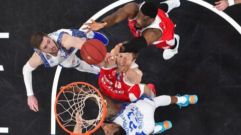 Spieler der Skyliners Frankfurt und der Baskets Bamberg kämpfen um den Rebound.