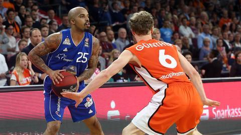 Jordan Theodore schirmt den Ball gegen Ulms Per Günther ab.