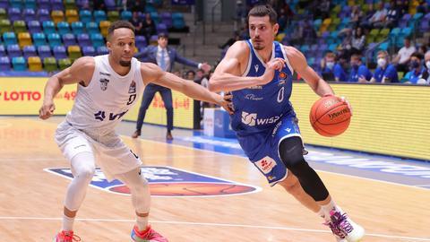 Lukas Wank von den Skyliners (rechts) im Spiel gegen Hamburg