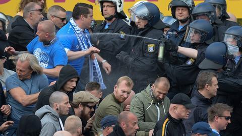 Polizisten gehen mit Pfefferspray gegen Derby-Zuschauer vor.
