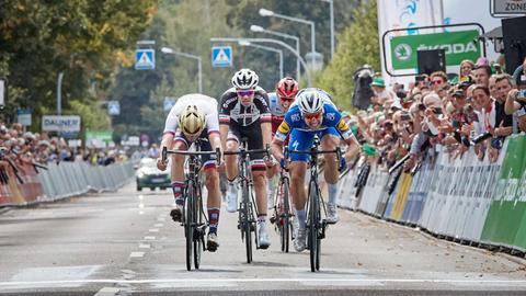 Vier Radrennfahrer dicht beieinander
