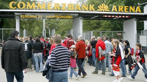 Eintracht-Fans vor der Commerzbank-Arena in Frankfurt