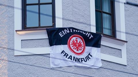 Zwischen zwei Fenstern eines Hotels in der Salzburger Innenstadt ist die Fahne von Eintracht Frankfurt gespannt.