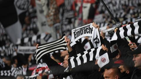 Fans von Eintracht Frankfurt zeigen ihre schwarz-weißen Schals bei der Europacup-Partie gegen den FC Salzburg.