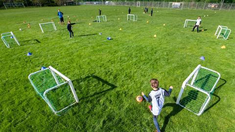 Fußballplatz mit Kindern