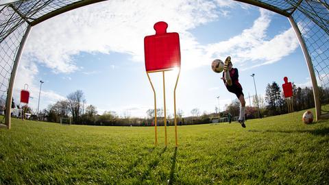 Ein Fußballspieler beim Training.