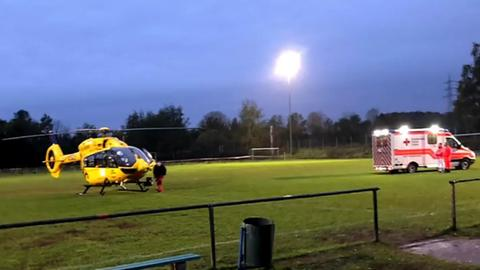 Rettungshubschrauber und Krankenwagen auf einem Fußballplatz