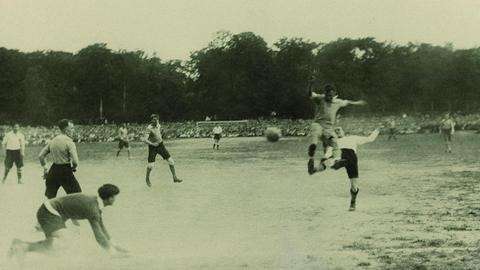 Schwarz-weiß-Fotografie einer Szene aus dem ersten Endspiel 1920