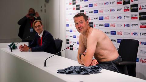 Brian Priske bei seiner legendären Nackt-Pressekonferenz