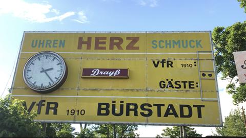 Die Anzeigetafel im Stadion in Bürstadt.