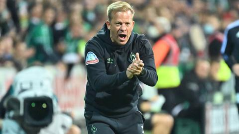 Werder-Trainer Markus Anfang feuert sein Team an.