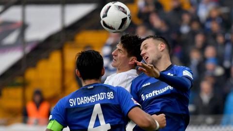 Sulu und Milosevic im Luftkampf mit Wolfsburgs Gomez