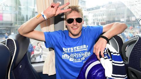 Hanno Behrens mit Sonnenbrille und dem Victory-Zeichen