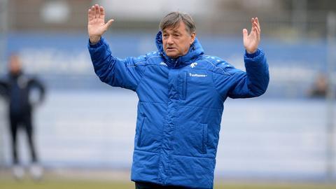 Darmstadts Trainer Ramon Berndroth hebt die Arme hoch.