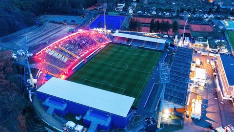 Die Fans von Darmstadt 98 erleuchten die Gegentribüne