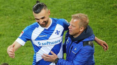 Lilien-Trainer Markus Anfang umarmt seinen Topstürmer Serdar Dursun.