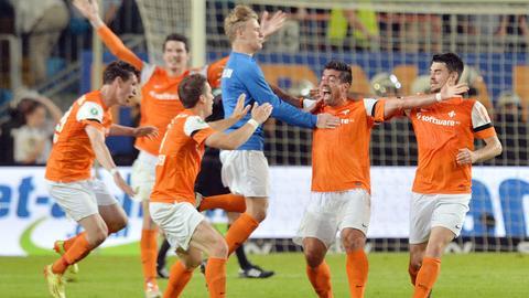 Jubelnde Spieler von Darmstadt 98 nach dem Sieg gegen Bielefeld