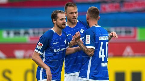 Immanuel Höhn und die Teamkollegen freuen sich über einen wichtigen Auswärtssieg in Heidenheim.
