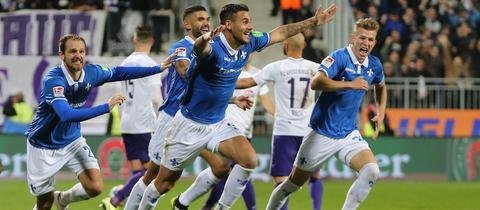 Dario Dumic bejubelt seinen Siegtreffer gegen Aue.