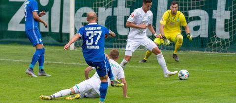 Lilien-Rechtsverteidiger Patrick Herrmann trifft hier zur Führung gegen Werder.