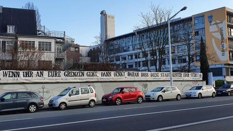 Banner der Darmstädter Ultras vor einem Krankenhaus