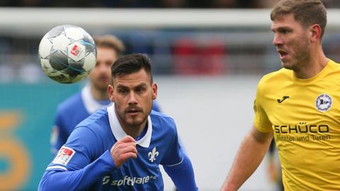 Ein Zweikampf zwischen Dario Dumic (Darmstadt) und Fabian Klos (Arminia Bielefeld)