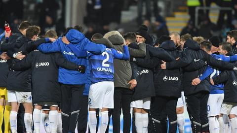 Die Spieler von Darmstadt 98 im Kreis