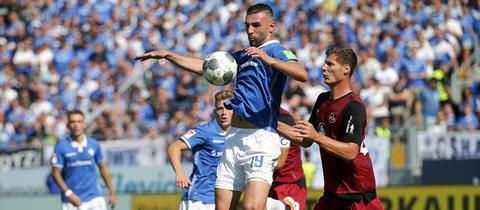 Serdar Dursun schirmt den Ball gegen einen Nürnberger ab.