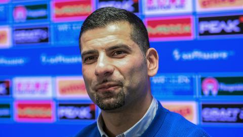 Dimitrios Grammozis auf einer Pressekonferenz der Lilien