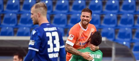 Tobias Kempe wird nach seinem Siegtor gegen Karlsruhe von seinem Torhüter Marcel Schuhen zum Jubel hochgehoben