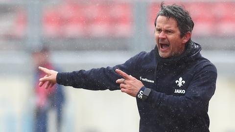 Lilien-Trainer Dirk Schuster gestikuliert