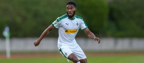 Mandela Egbo im Trikot von Borussia Mönchengladbach.