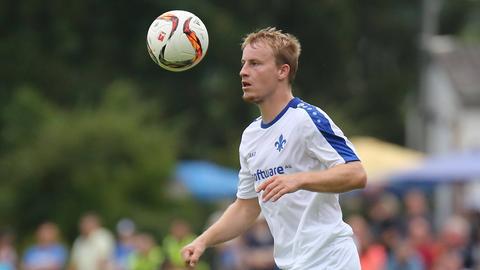 Fabian Holland mit Fußball auf dem Fußballplatz
