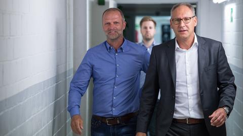 Holger Fach und Rüdiger Fritsch kommen zur Pressekonferenz des SV Darmstadt 98.