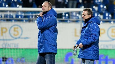 Holger Fach und Norbert Meier stapfen vom Spielfeld.