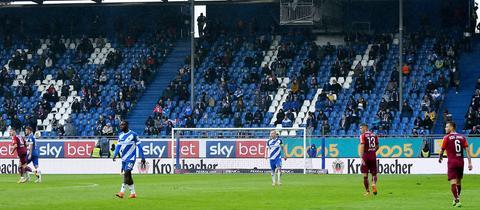 Fans im Böllenfalltor-Stadion des SV Darmstadt 98