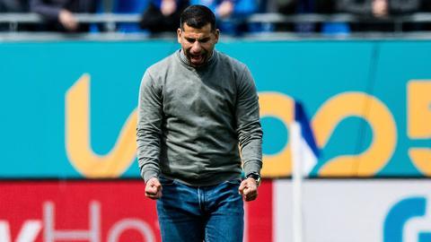 Dimitrios Grammozis schreit seine Freude über den Heimsieg heraus.