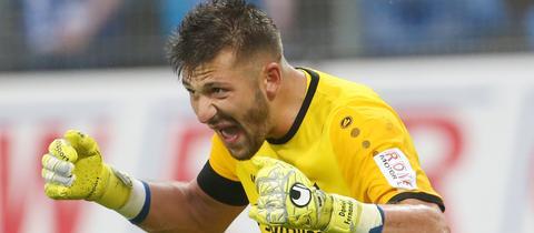 Lilien-Keeper Daniel Heuer Fernandes ballt die Fäuste