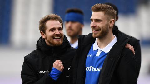 Immanuel Höhn (li.) und Felix Platte bejubeln das Darmstädter 2:0 gegen Heidenheim.