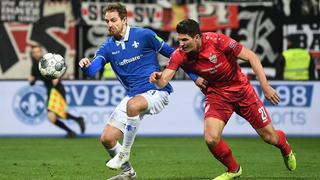 Immanuel Höhn und Mario Gomez im Kampf um den Ball