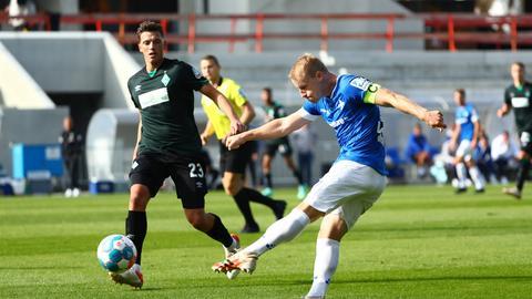 Fabian Holland trifft zum 1:0 gegen Werder.