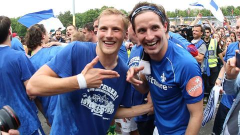 Hanno Behrens und Sandro Sirigu feiern den Aufstieg mit Darmstadt 98